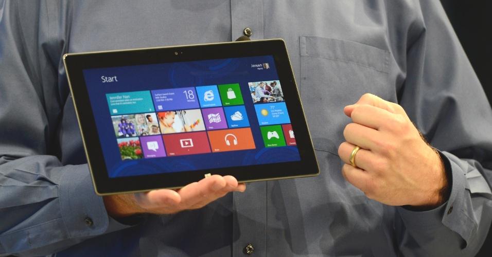 O tablet Surface terá 9,9 milímetros de espessura, porta USB, carcaça de magnésio, cerca de 680 gramas, tela de 10,6 polegadas (maior que a maioria dos concorrentes). Na imagem, Steve Ballmer, CEO da Microsoft, apresenta ultraportátil