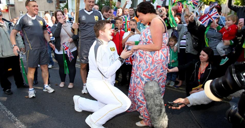 Rapaz que carregava a tocha olímpica surpreende e pede namorada em casamento em pleno percurso (18/06/2012)