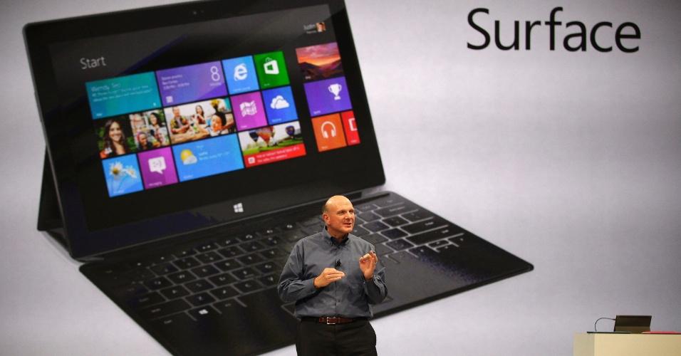 Steve Ballmer, diretor-executivo da Microsoft, segura tablet Surface durante evento da companhia nos Estados Unidos