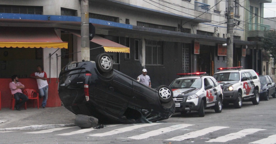 19.jun.2012 - Carro capota no Pari, em S&#227;o Paulo