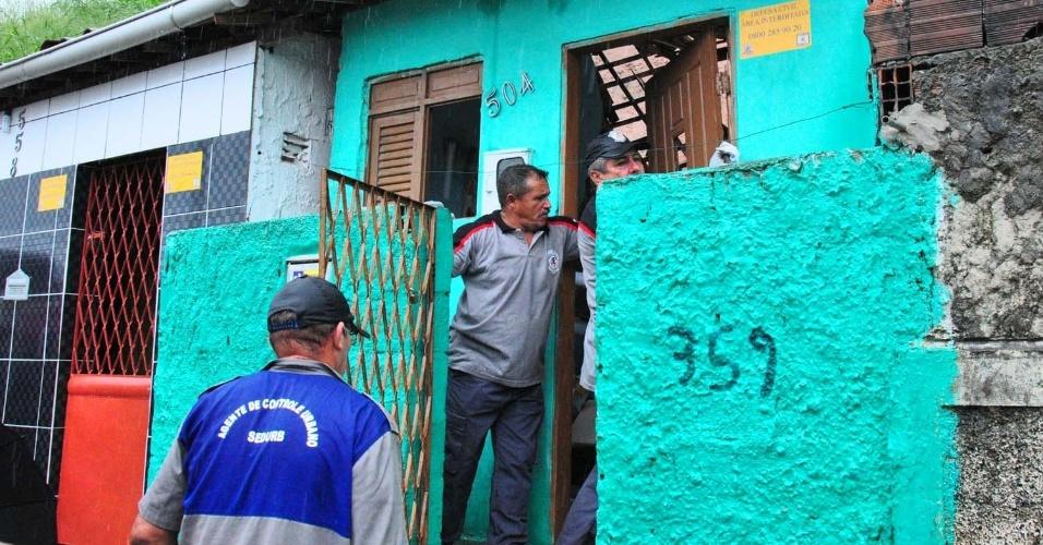 19.jun.2012 - Casa é interditada pela Defesa Civil em João Pessoa. A capital paraibana sofreu nesta terça-feira (19) com as fortes chuvas