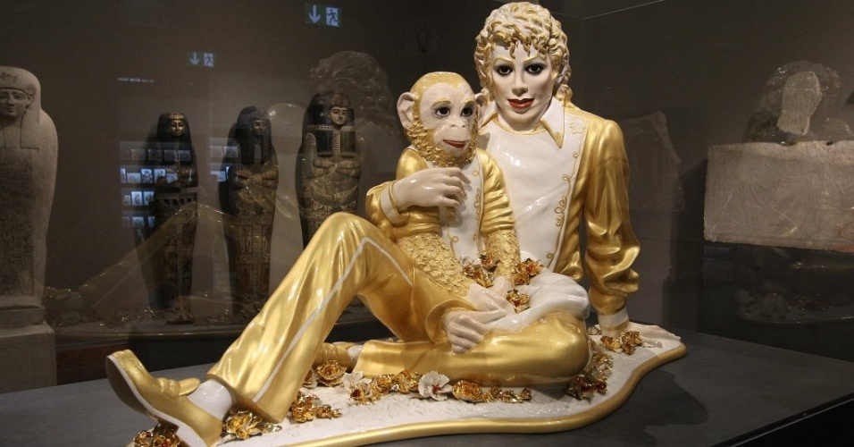 19.jun.2012 - Escultura do artista americano Jeff Koons mostra Michael Jackson e o macaco Bubbles