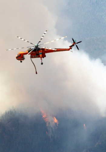19.jun.2012 - Helic&#243;tero ajuda no combate ao inc&#234;ndio florestal que atinge o Colorado, nos EUA