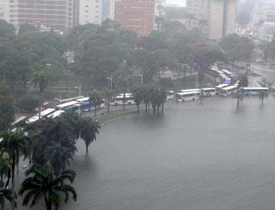 19.jun.2012 - Ônibus encaram trânsito ao redor da lagoa do Parque Solon de Lucena, principal cartão postal de João Pessoa