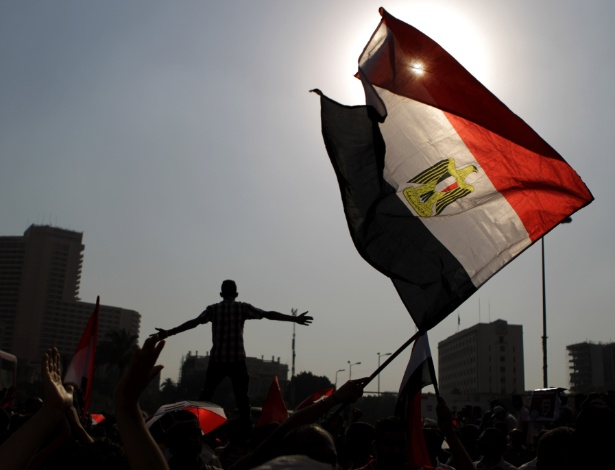 19.jun.2012 - Simpatizantes de Mohammed Mursi, candidato presidencial pela Irmandade Mu&#231;ulmana, celebram a vit&#243;ria dele na pra&#231;a Tahrir, no Cairo.