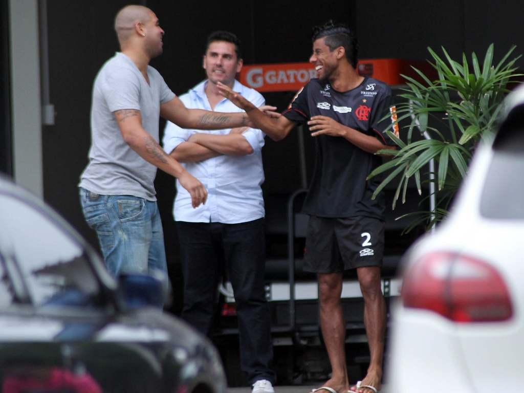 Adriano conversa com Leo Moura na chegada ao CT do Flamengo para conversa sobre faltas s sesses de fisioterapia (19/06/2012)
