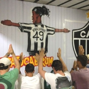Imagem de Ronaldinho foi pintada em reduto de atleticanos na cidade mineira de Brumadinho
