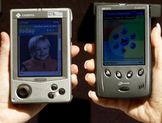 Em 2000, surge o Pocket PC, computador de bolso lançado pela Microsoft e parceiros em uma conferência na cidade de Nova York (EUA). Os modelos que aparecem na foto são da Casio (à esq.) e da Hewlett-Packard