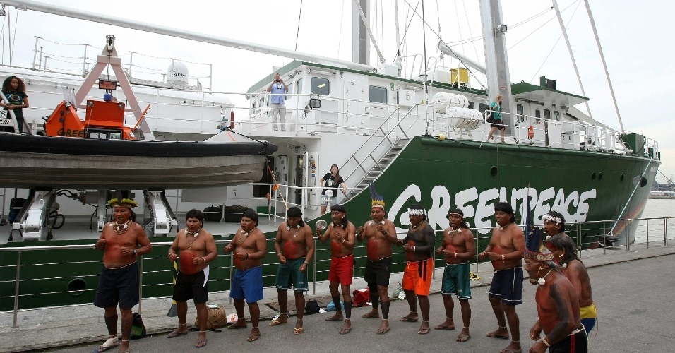 Índios assistem ato de apoio do Greenpeace