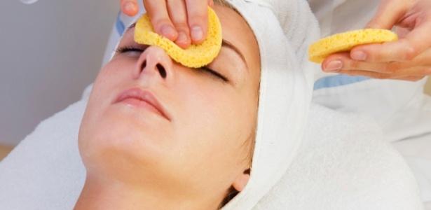 Indicada para a remoção de cravos e células mortas, a limpeza profissional deixa a pele mais homogênea e saudável