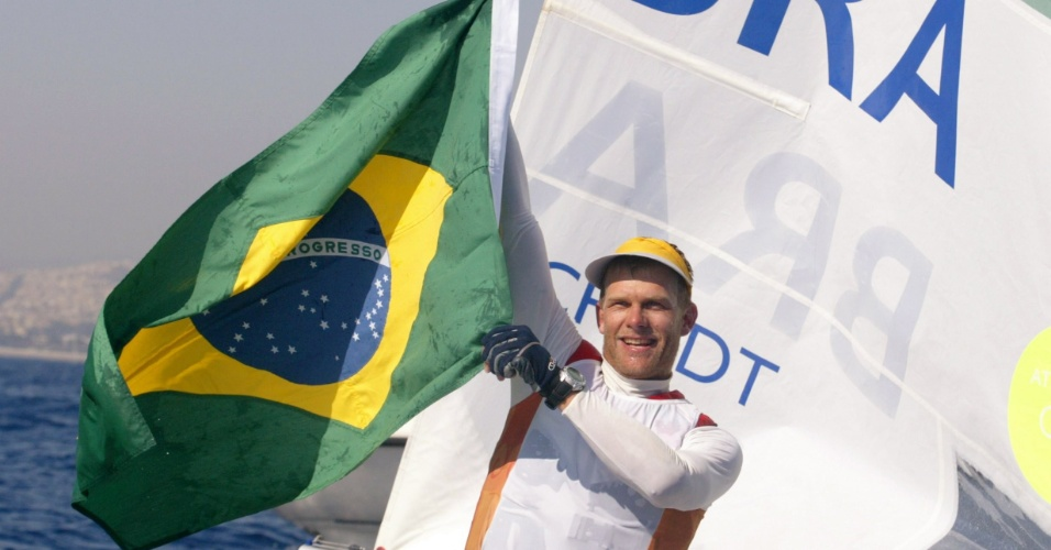 Robert Scheidt comemora sua medalha de ouro na vela nos Jogos Ol&#237;mpicos de Atenas-2004