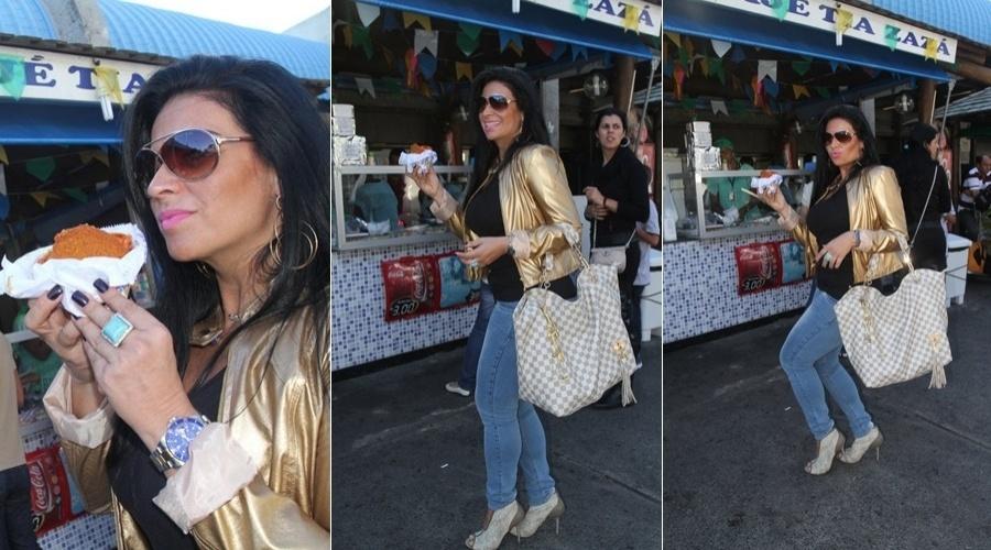 Solange Gomes comeu um acarajé em uma barraca aos arredores do aeroporto de Salvador (19/6/12)