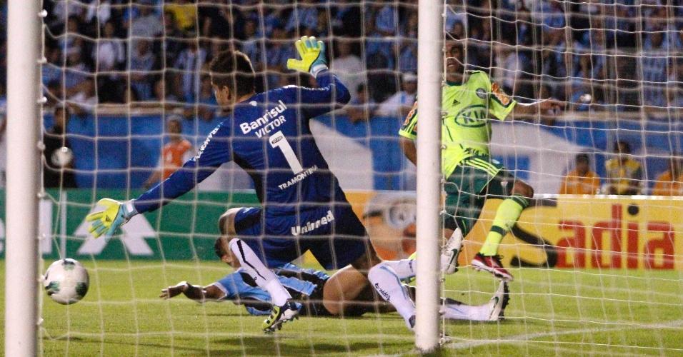 Victor defende chute de jogador do Palmeiras pelo Brasileirão