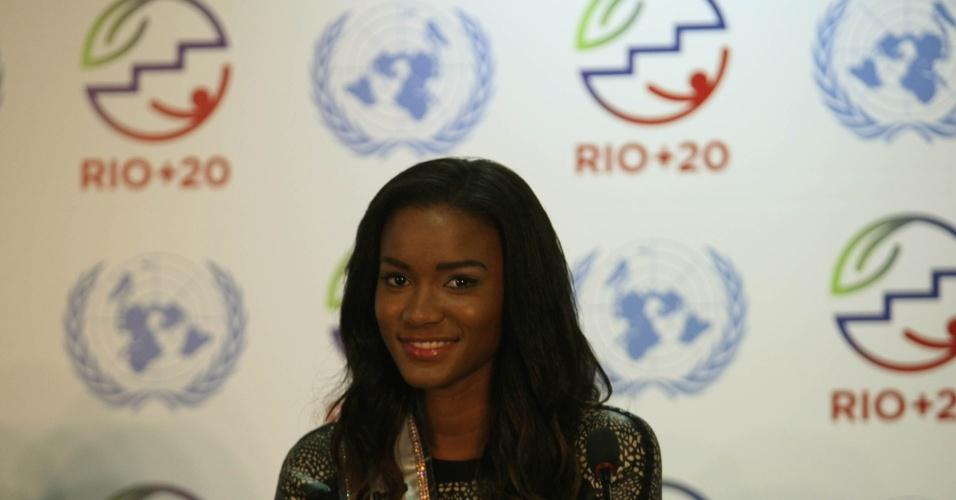 20.jun.2012 - A angolana Leila Lopes, atual Miss Universo, participa de coletiva durante a Rio+20, Conferência da ONU sobre Desenvolvimento Sustentável. A mulher mais bonita do mundo afirmou que fica feliz em poder contribuir com a proteção do meio ambiente durante a entrega de um prêmio no último domingo (17)
