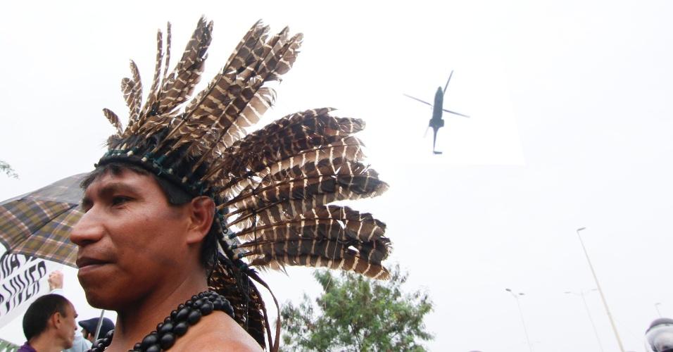 20.jun.2012 - A manifestação ocupava a Riocentro quando o ministro Gilberto Carvalho chegou para negociar com os índios