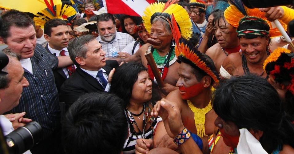 20.jun.2012 - A manifestação ocupava a Riocentro quando o ministro Gilberto Carvalho chegou para negociar com os índios. O resultado foi satisfatório e Carvalho impediu a invasão dos manifestantes na Rio+20
