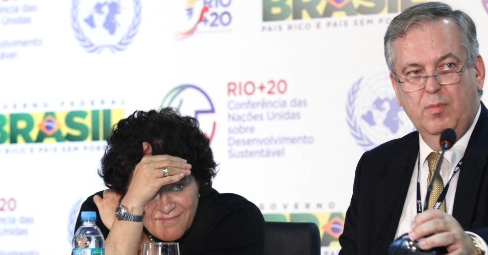 20.jun.2012 - A ministra do meio ambiente, Izabella Teixeira, e o embaixador Luiz Alberto Figueiredo participam de coletiva de imprensa na Rio+20