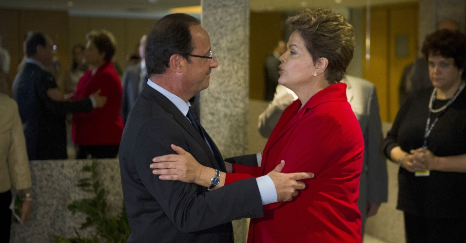 20.jun.2012 - A presidente Dilma Rousseff encontra o presidente da Fran&#231;a, Fran&#231;ois Hollande, durante evento da Rio+20, Confer&#234;ncia da ONU sobre Desenvolvimento Sustent&#225;vel