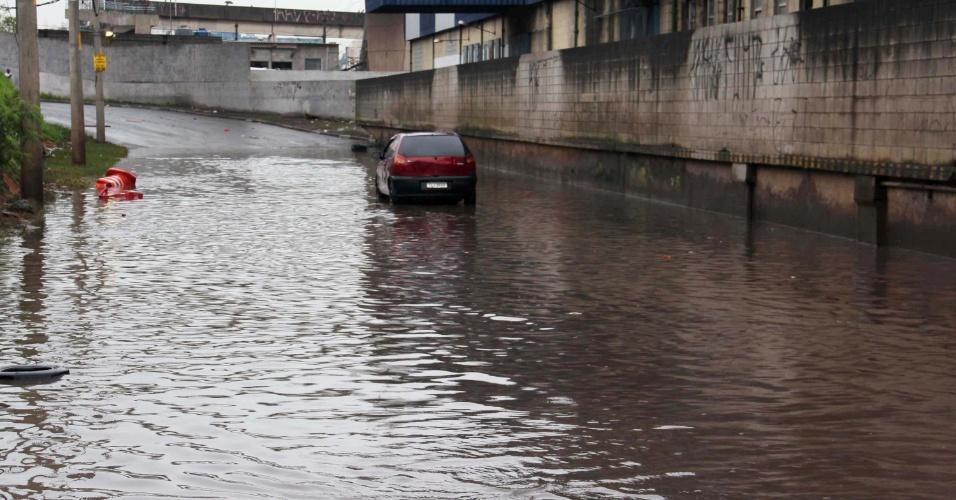 20.jun.2012 - Alagamento causado pela chuva na avenida Presidente Altino, no Jaguaré, zona oeste de São Paulo