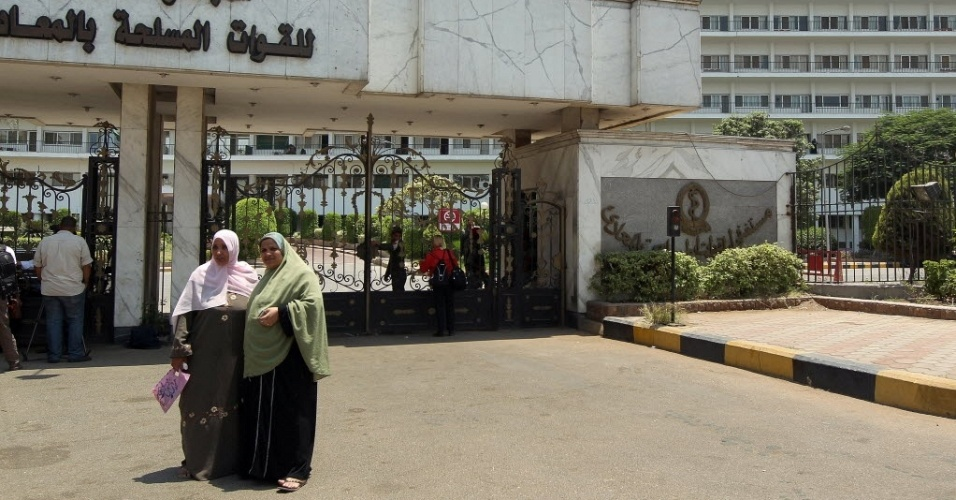 20.jun.2012 - Apoiadoras do ditador deposto Hosni Mubarak vão à porta do hospital onde está internado o ex-presidente egípcio, na capital do país, Cairo