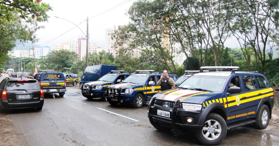 20.jun.2012 - Carros da Policia Rodoviaria Federal fazem a seguran&#231;a dos l&#237;deres mundiais que foram ao Rio+20, Confer&#234;ncia da ONU sobre Desenvolvimento Sustent&#225;vel