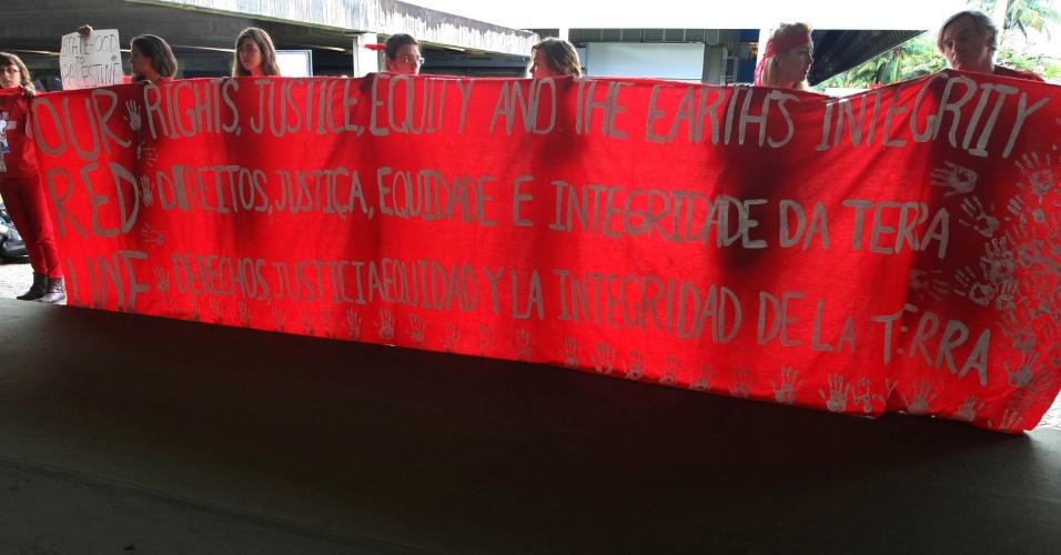 20.jun.2012 - Diversas entidades protestam contra rascunho final da Rio+20, Conferência da ONU sobre Desenvolvimento Sustentável