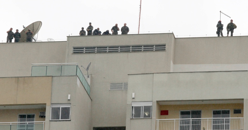 20.jun.2012 - Exército ocupa cobertura de prédios para monitorar manifestantes e posíveis ameaças durante a Rio+20, Conferência da ONU sobre Desenvolvimento Sustentável