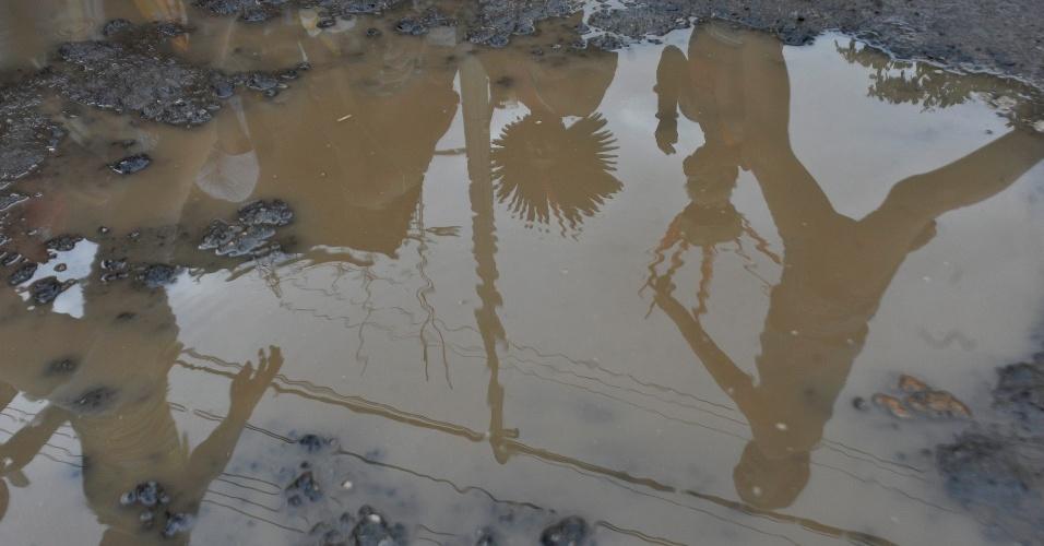 20.jun.2012 - Índios de várias tribos fazem protesto perto do Riocentro, onde acontece a Rio+20, Conferência da ONU sobre Desenvolvimento Sustentável