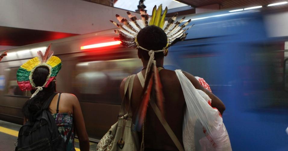 20.jun.2012 - Índios optam pelo metrô para se deslocar durante a Rio+20, Conferência da ONU sobre Desenvolvimento Sustentável