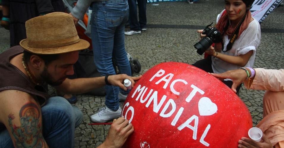 20.jun.2012 - Manifestantes na Marcha dos Povos lotam vias do Rio em protesto que reúne ativistas do Greenpeace e de diversas organizações em prol do meio ambiente