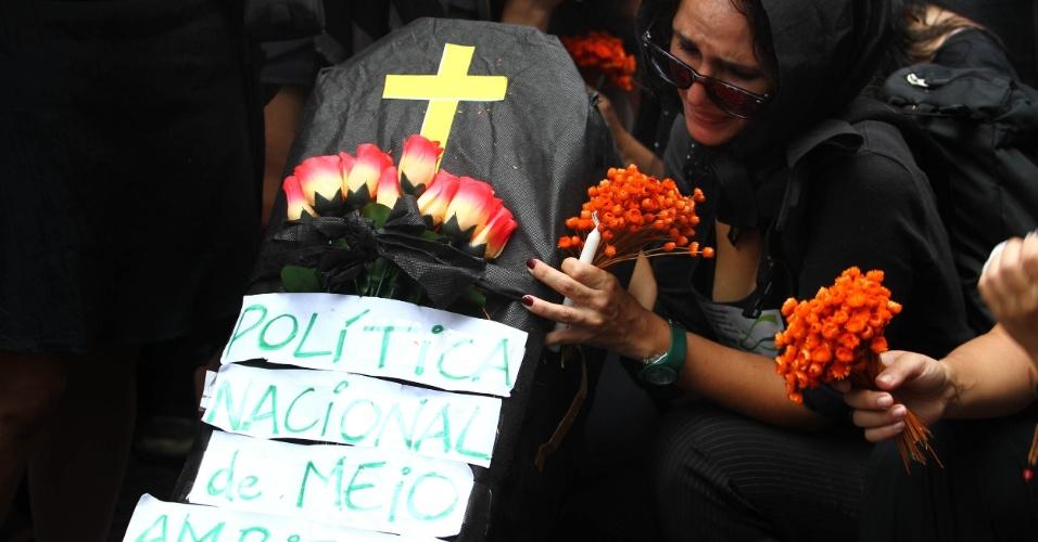 20.jun.2012 - Manifestantes na Marcha dos Povos lotam vias do Rio em protesto que reúne ativistas do Greenpeace e de diversas organizações em prol do meio ambiente. Eles criticam a Rio+20 e a política de meio ambiente