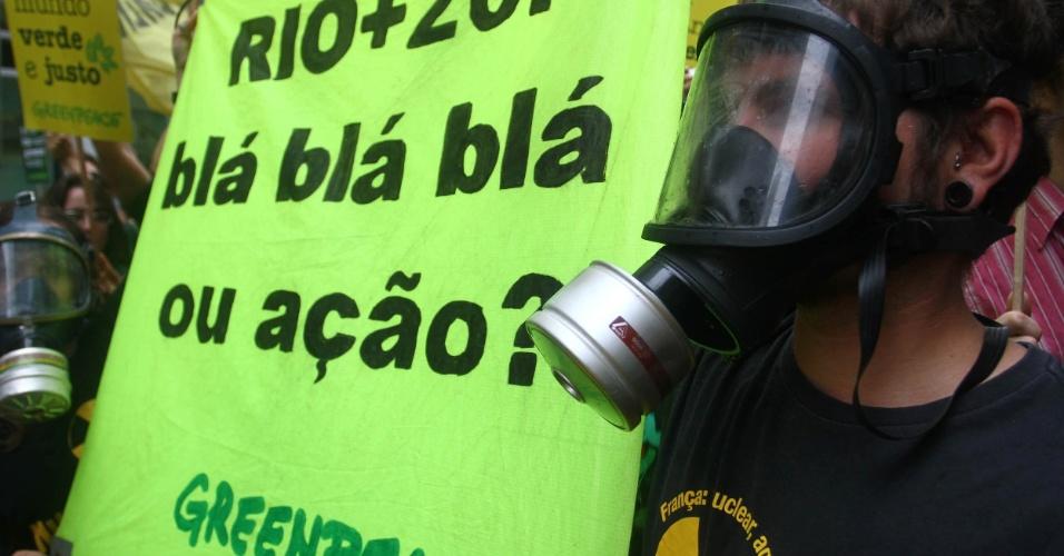 20.jun.2012 - Manifestantes na Marcha dos Povos lotam vias do Rio em protesto que reúne ativistas do Greenpeace e de diversas organizações em prol do meio ambiente. O grupo levou um boneco representando a presidente Dilma Rousseff