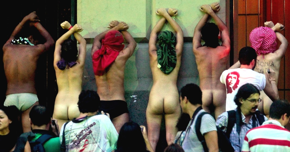 20.jun.2012 - Manifestantes tiram a roupa durante protesto na avenida Rio Branco, no centro do Rio de Janeiro. Segundo os organizadores, a Marcha dos Povos reuniu 80 mil pessoas. Foi a maior manifestação de rua organizada até agora no período da Rio+20