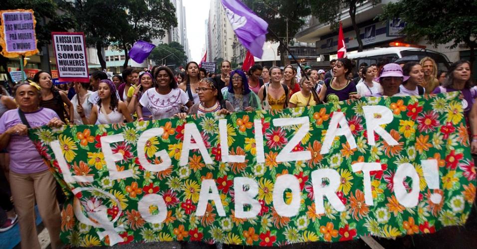 20.jun.2012 - Marcha dos Povos reuniu manifestantes de diversas vertentes e defendeu questões relacionadas às mulheres, entre outras, próximo à Rio+20