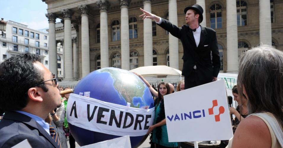 20.jun.2012 - Membros de ONGs ambientalistas participam de protesto em que mostram o leilão do planeta Terra, na França. A ação foi organizada para coincidir com a abertura oficial da Rio+20, Conferência da ONU sobre Desenvolvimento Sustentável