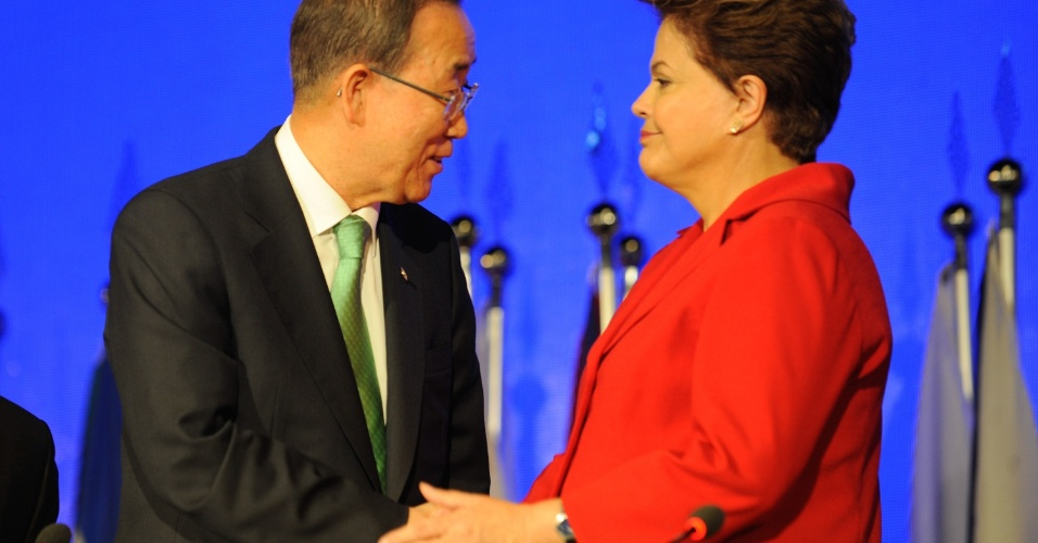 20.jun.2012 - O secret&#225;rio-geral da ONU, Ban Ki-moon, cumprimenta a presidente do Brasil, Dilma Rousseff, na Rio+20, Confer&#234;ncia da ONU sobre o Desenvolvimento Sustent&#225;vel