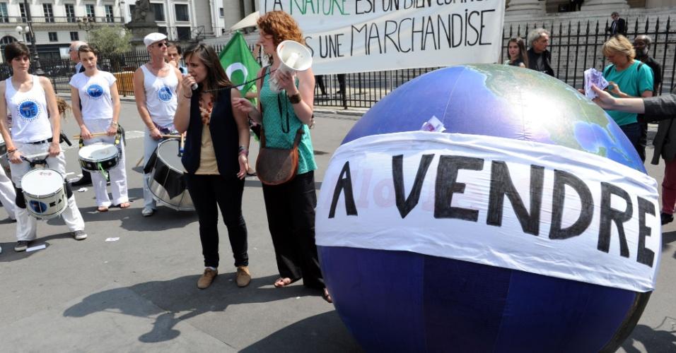 20.jun.2012 - ONGs ambientalistas fazem protesto em que leiloam o planeta Terra, na França. A ação foi organizada para coincidir com a abertura oficial da Rio+20, Conferência da ONU sobre Desenvolvimento Sustentável