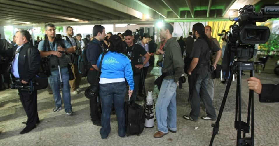 20.jun.2012 - Profissionais de imagem da imprensa brasileira são barrados na entrada do pavilhão 5, local em que ocorre as plenárias da Rio+20, Conferência da ONU sobre Desenvolvimento Sustentável. Somente a imprensa internacional tiveram acesso liberado