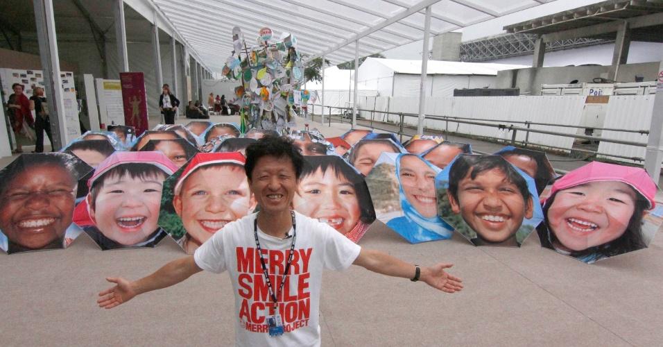 """20.jun.2012 - Projeto japonês """"Merry Project"""" é exposto no Riocentro, onde acontece a Rio+20. As diversas sombrinhas trazem rostos de crianças sorrindo"""
