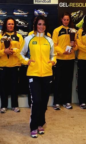 Atletas observam lançamento do novo uniforme da seleção brasileira de handebol para Londres-2012