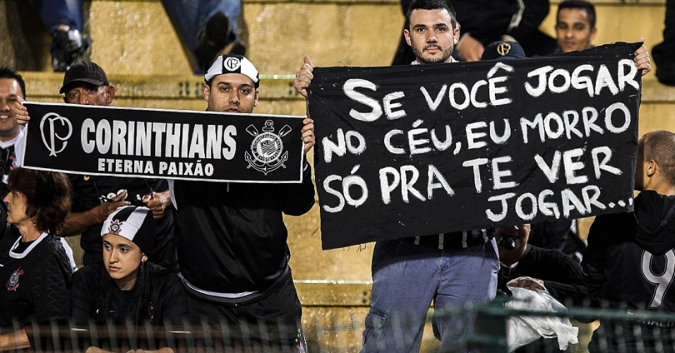 Corintianos mostram paix&#227;o pelo clube em faixas antes da partida contra o Santos, no Pacaembu