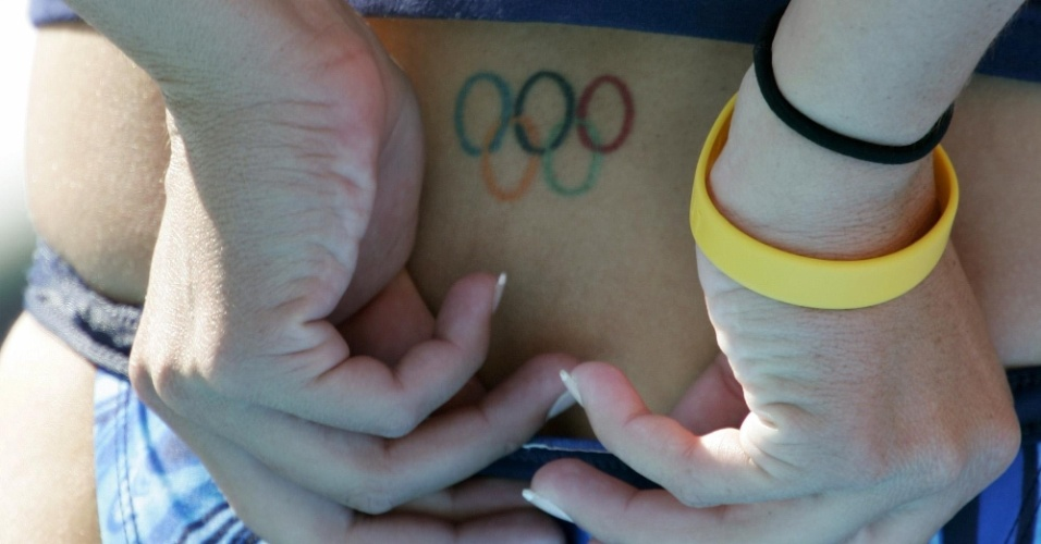 Detalhe da tatuagem no cóccix de uma nadadora, clicada nos Jogos Olímpicos de Atenas