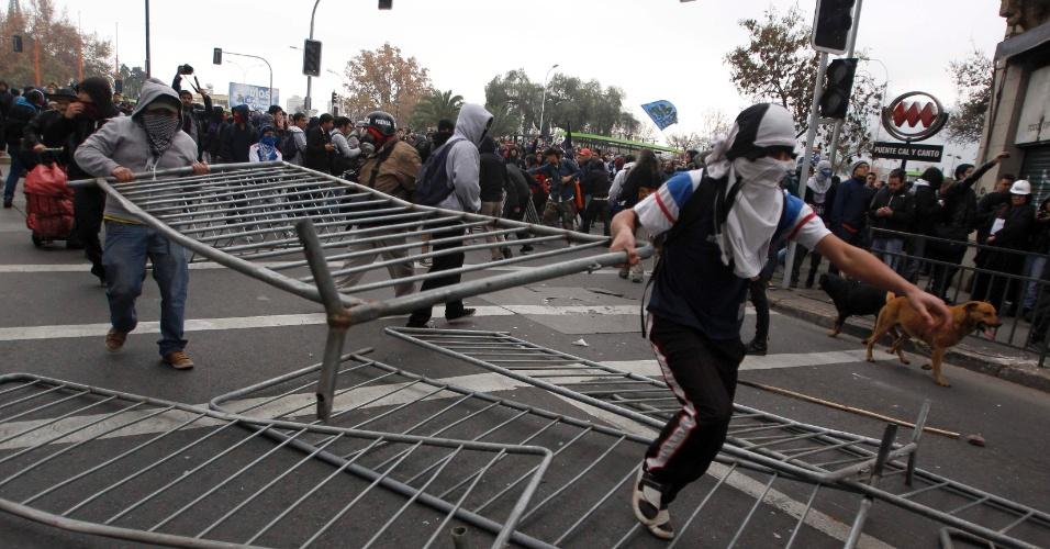 Estudantes secundários marcharam nesta quarta-feira (20) pelo centro de Santiago, no Chile, para pedir melhorias no sistema público de ensino. O protesto terminou em confronto com a polícia