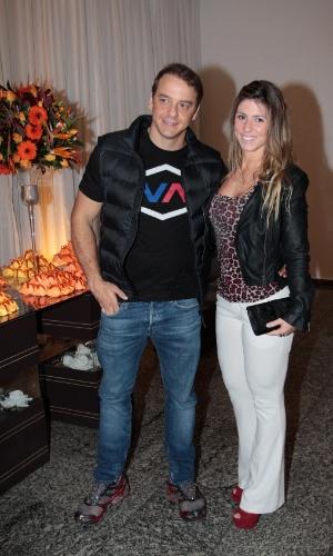 Ex-BBB Rogério e a namorada estiveram na comemoração do aniversário de Milene Domingues, em São Paulo (19/6/12)
