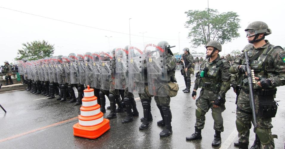 Exército Brasileiro e batalhão de choque fecham a avenida Salvador Alende que dá acesso ao Riocentro, local em que ocorre a Rio+20, Conferência da ONU sobre Desenvolvimento Sustentável