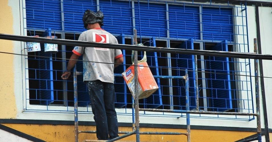 Funcionário prestador de serviço trabalha na reforma da escola estadual Professor Pedro Teixeira Vasconcelos sem nenhum equipamento de proteção individual