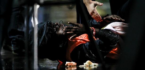Gandula fica caído e é atendido após ser empurrado por Adriano, volante do Santos