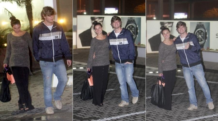 Isis Valverde e o namorado, o músico Tom Rezende, passearam em um shopping da zona oeste do Rio (20/6/12)
