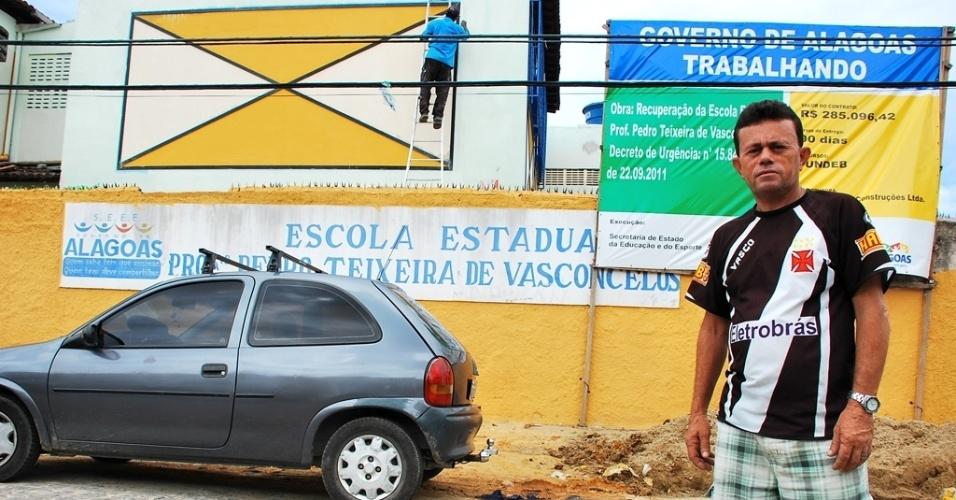 João Honorato, presidente da associação de moradores do Feitosa, tenta administrar as queixas da comunidade sobre os prazos elásticos das reformas das escolas