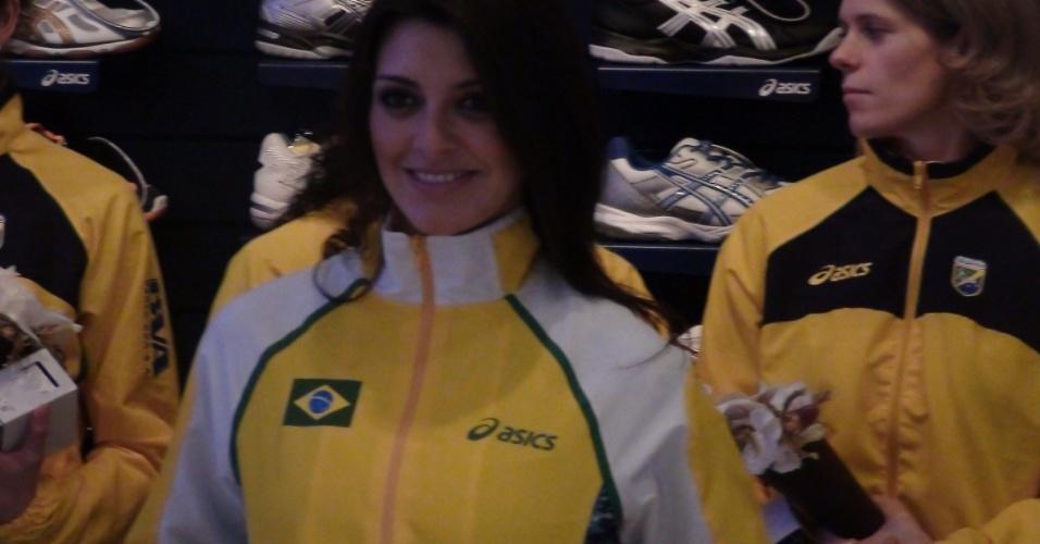 Jogadoras brasileiras observam a apresentação dos uniformes do handebol do país para a Olímpiada de Londres
